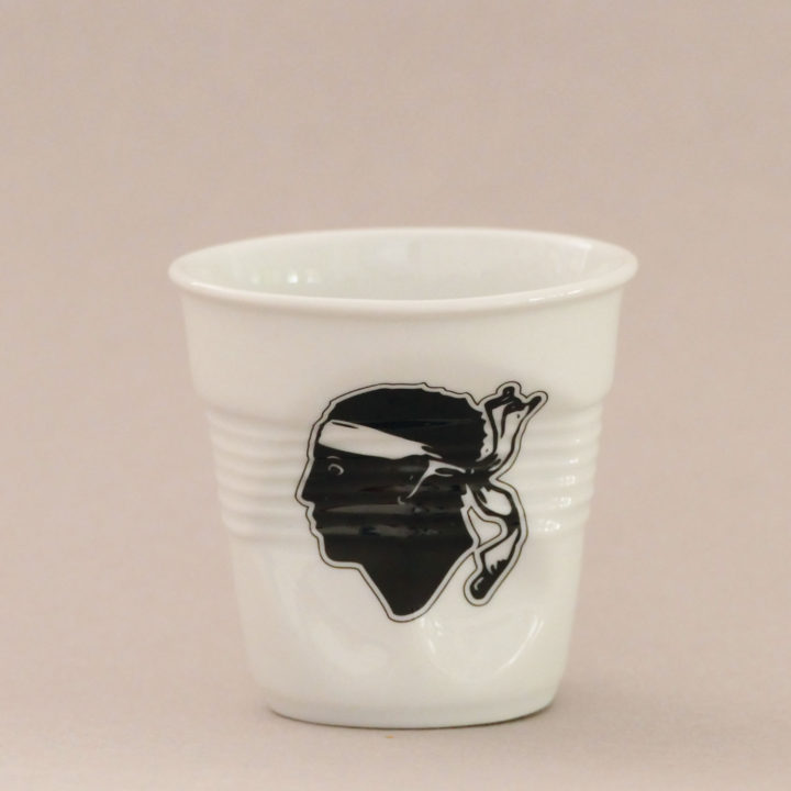 la tasse Corse fait partie de la collection flag par revol, une série de tasses froissées en porcelaine éditée pas revol à partir d'une idée originale de béatrice pene créatrice d'assiettes et compagnie
