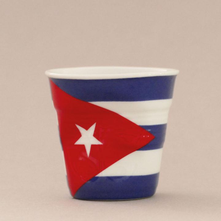 la tasse Cuba fait partie de la collection flag par revol, une série de tasses froissées en porcelaine éditée pas revol à partir d'une idée originale de béatrice pene créatrice d'assiettes et compagnie