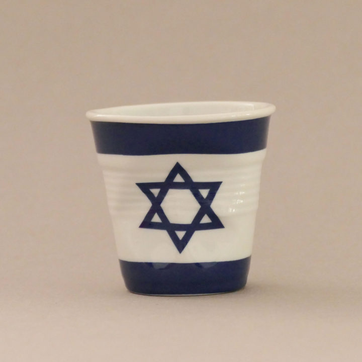 la tasse Israel fait partie de la collection flag par revol, une série de tasses froissées en porcelaine éditée pas revol à partir d'une idée originale de béatrice pene créatrice d'assiettes et compagnie