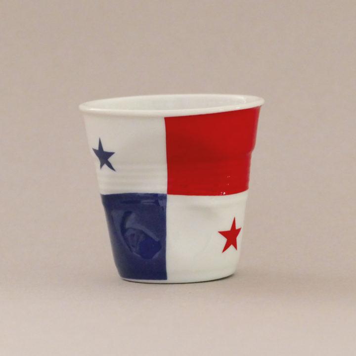 la tasse Panama fait partie de la collection flag par revol, une série de tasses froissées en porcelaine éditée pas revol à partir d'une idée originale de béatrice pene créatrice d'assiettes et compagnie