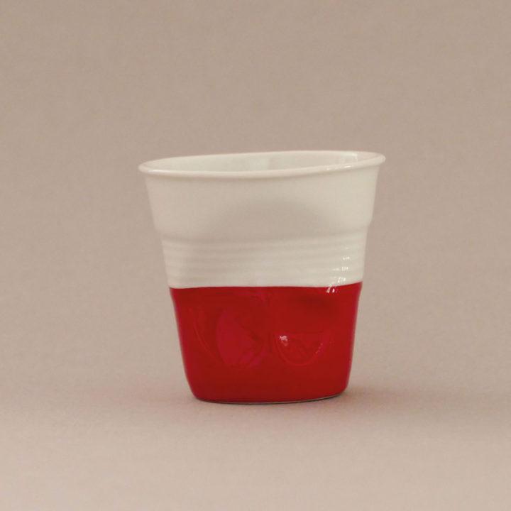 la tasse Pologne fait partie de la collection flag par revol, une série de tasses froissées en porcelaine éditée pas revol à partir d'une idée originale de béatrice pene créatrice d'assiettes et compagnie