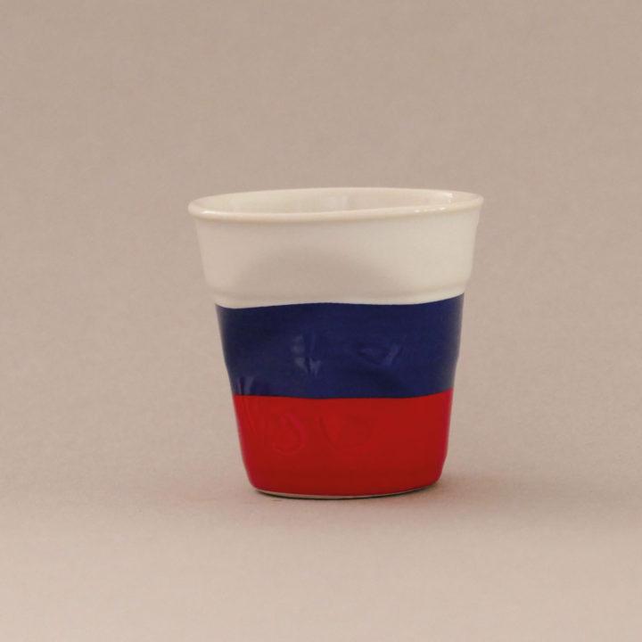 la tasse Russie fait partie de la collection flag par revol, une série de tasses froissées en porcelaine éditée pas revol à partir d'une idée originale de béatrice pene créatrice d'assiettes et compagnie