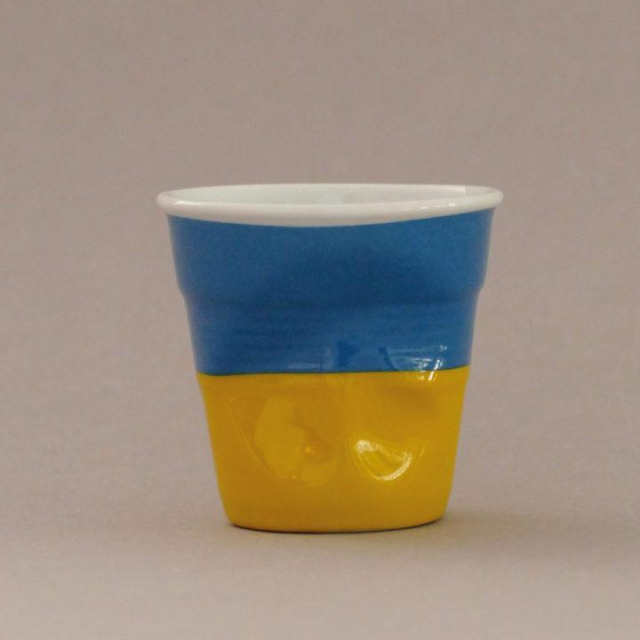 la tasse Ukrainefait partie de la collection flag par revol, une série de tasses froissées en porcelaine éditée pas revol à partir d'une idée originale de béatrice pene créatrice d'assiettes et compagnie