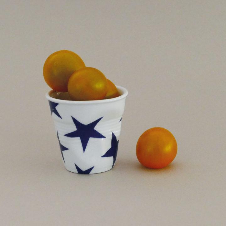 tasse froissée revol avec des étoiles bleues, collection bleu une exclusivité assiettes et compagnie