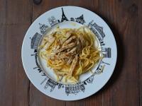 l'assiette Paris accueille une recette intemporelle, les escalopes de veau à la crème sur un lit de spaghetti fraiches