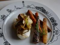 Lotte à l'aillet frais et carottes nouvelles au sésame  sur une assiette pays basque