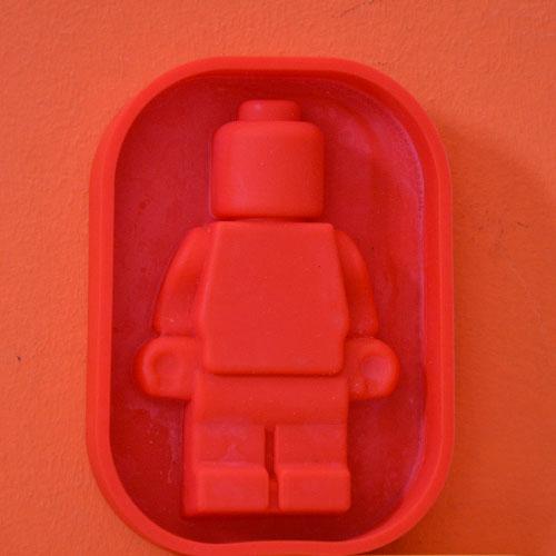 moule monsieur lego pour faire des gâteaux Lego, moule en silicone, une sélection de moules sympa sur assiettes et compagnie
