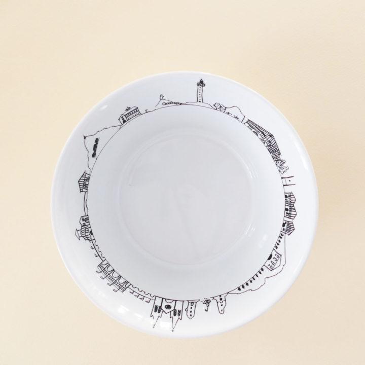 coupelle Pays Basque hyper pratique car peut servir de bol à salade , de bol à céréales et même de vide poche - fabriquée en France par Revol, une exclusivité Assiettes et compagnie