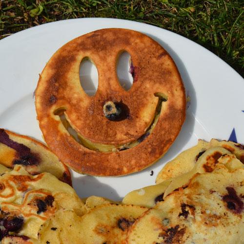 un moule à oeuf ou à omelette ou même à pancake qui fera sourire toute la famille, en forme de smiley et en silicone jaune ce moule est adapté pour une cuisine inventive et drole