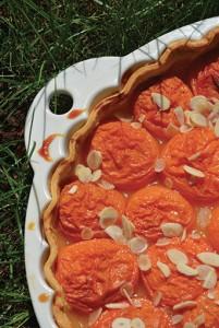 la tarte aux abricots et amandes effilées dans un plat à tarte Revol les naturels