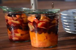 une recette de compotée chaude aux fruits d'été avec abricots, myrtilles, peches et brugnons