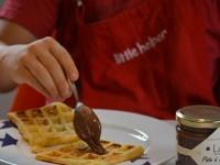 la recette de la pâte à gaufre sur assiettes et gourmandises avec assiette Bleu, saladier pays basque et louche Nessie