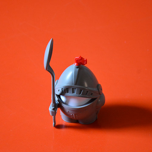 """Si votre enfant refuse l'oeuf à la coque c'est que vous n'avez pas essayé de lui présenter dans ce coquetier """"Arthur""""... et vos enfants en culottes courtes se transforment en chevalier en armure, enfourchent les cuillères telles des épées de la Table Ronde ! En plus ce coquetier peut servir de boite de transport pour les pique nique en protégeant votre oeuf dur"""