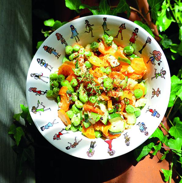 """la coupelle """"I love Shopping"""" ou bol a salade est un petit plat hyper pratique pour le bol du petit déjeuner, ou pour une salade à midi ou même une soupe le soir... en porcelaine professionnelle made in france par Revol- design par béatrice pene pour assiettes et comapgnie"""