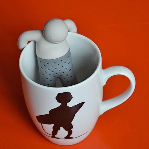 infuseur bonhomme en blanc et gris pour des thés avec un homme muet et discret qui infuse en douceur votre breuvage préféré