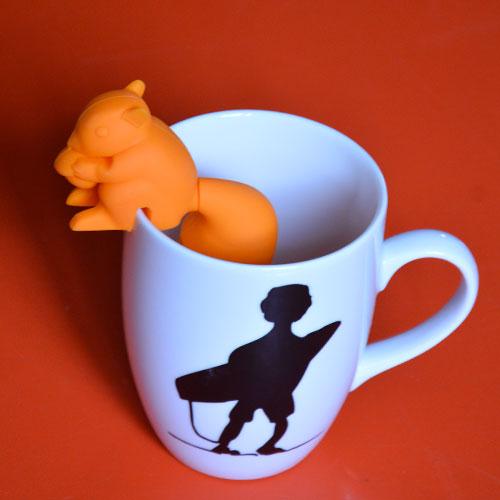un écureuil orange qui se fixe sur votre tasse à thé pour infuser vos infusions ou thés, il est pratique et sympa : silicone alimentaire