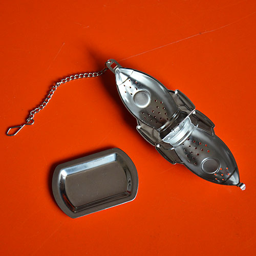 un infuseur en forme de fusée avec sa petite coupelle pour infuser comme une fusée son breuvage préféré thé ou infusion