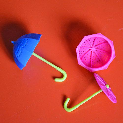infuseur en forme de parapluie, pour mettre de la couleur dans votre eau chaude et vous régaler pour oublier la pluie !