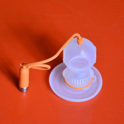 un infuseur qui représente un petit scaphandrier avec sa corde et la bonbonne d'air pour faire contrepoids sur le bord de la tasse, c'est pratique et poétique ; silicone alimentaire