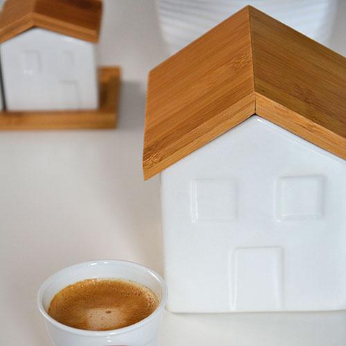 maison en porcelaine blanche pour ranger le sucre , le gros sel ou tout autre chose