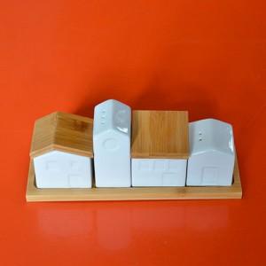 un range épices en porcelaine et en bambou qui ressemble à une petite ville