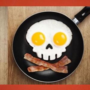 moule à oeuf tete de mort pour des oeufs au plat ou des omelettes avec humour dans votre cuisine
