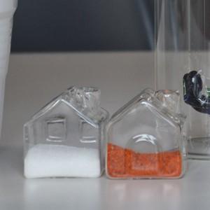 salière et poivrière en forme de petites maisons de verre, elles vont rester sur votre table toute l'année