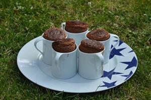 le soufflé au chocolat est une recette divine avec cette jolie présentation sur une tasse à café, les soufflés sont rassemblés sur un plat assiettes et compagnie