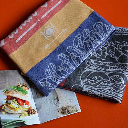 """deux torchons et un livre de cuisine pour ce kit hamburger n voici un vrai clin d'oeil américain en linge de table : un torchon hamburger, un torchon cornet de frites et un livre de cuisine """"best of burgers"""""""