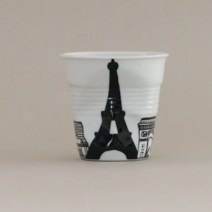 tasse paris, les monuments de Paris une création originale d'assiettes et compagnie éditée par revol, une tasse froissée en porcelaine made in france