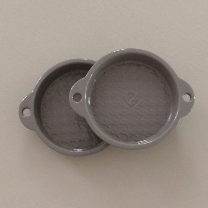moules à tartelettes en porcelaine grise par revol, une série classique et originale , made in france