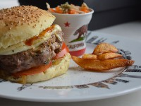 assiette new york avec un hamburger maison et la tasse californie pour le colslow sur assiettes et gourmandises