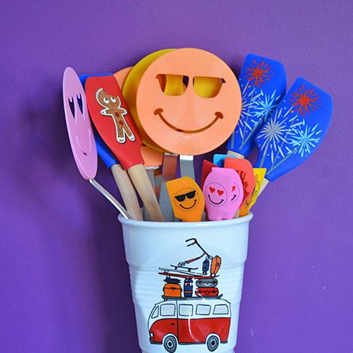 le pot à ustensiles La Plage par assiettes & compagnie, une nouveauté pour le 10 ème anniversaire du site - design par béatrice pene - made in france par revol porcelaine