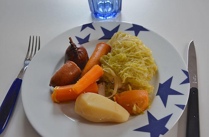assiette etoiles bleues par assiettes et compagnie potée et infuseur piment pour bouquet garni par assiettes et gourmandises