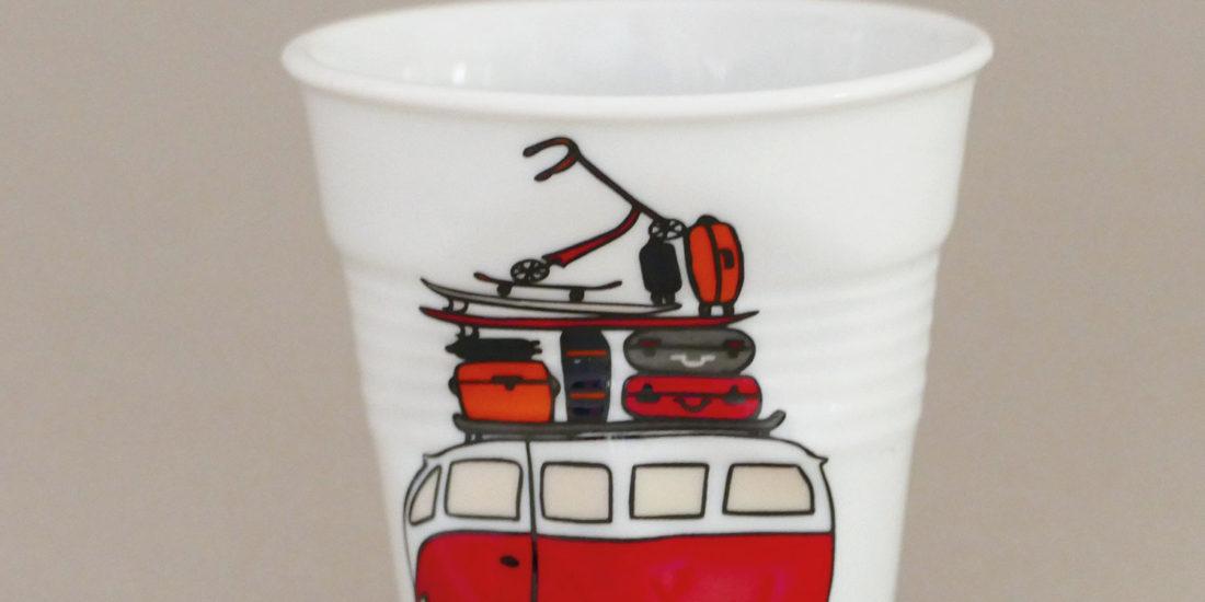 tasse la plage, des tasses petites et grandes avec l'illutration du combi VW des surfeurs, très célèbres au pays basque, une création originale d'assiettes et compagnie - éditée par porcelaine revol