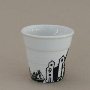 tasse saint jean de luz, de la collection tasses cote basque éditée par la maison revol pour assiettes et compagnie, tour de la ville de saint jean de uz et du port de socoa au pays basque
