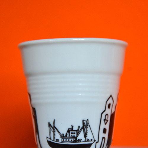 la tasse saint jean de luz éditée par assiettes et compagnie propose une ballade sur la baie, près du port et dans les jolies rues de saint jean de luz - porcelaine revol made in france