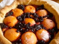 tarte cassis et abricots sur assiettes et gourmandises