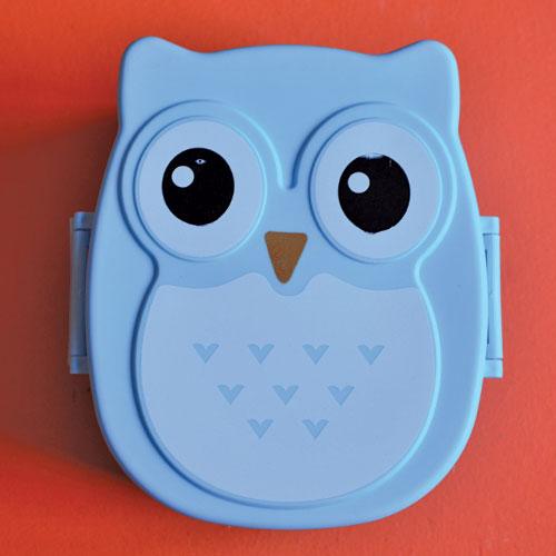 boite bento pour enfants en forme de chouette bleue avec cuillère et fourchette intégrées - une nouveauté de la sélection assiettes et compagnie