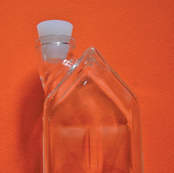 bouteille en verre en forme d'immeuble qui fait office de cruche à eau ou jus de fruits, en verre et lavable en machine