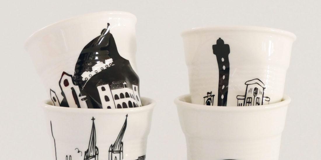 coffret de 4 tasses froissées revol sur le thème du pays basque avec tasse bayonne, biarritz, anglet et saint jean de luz - made in france