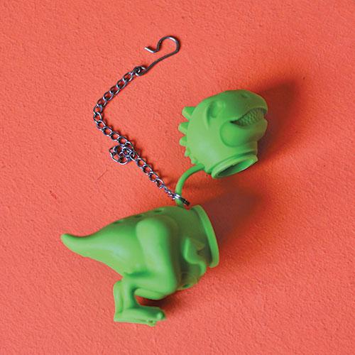 INFUSEUR dinosaure vert pour des thés aux allures de Godzilla ou Jurrassic park, un infuseur en silicone prêt à accueillir votre thé en vrac et le mur paris NYC d'assiettes et compagnie