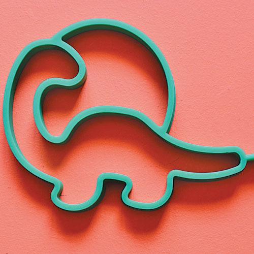un dinosaure dans votre assiette, c'est maintenant possible grâce à ce moule à oeuf au plat en forme de dinosaure sur un beau coucher de soleil