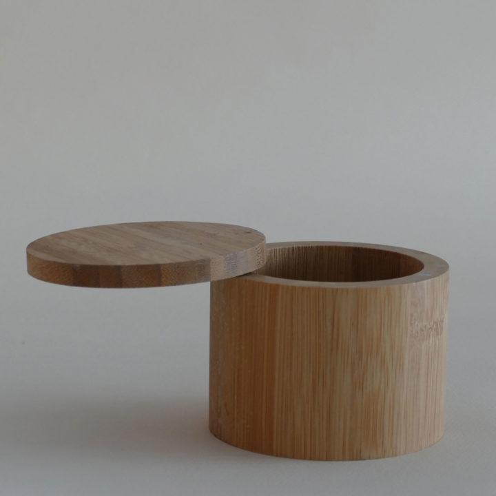 petit pot en bambou pour mettre du sel, des épices ou du thé en vrac, très pratique avec son petit aimant, ce pot trouve sa place dans la cuisine