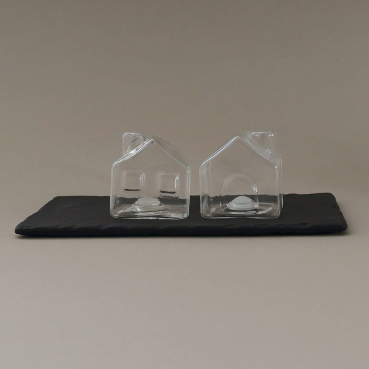 """salière les deux maison en verre, """"la ville""""en porcelaine, idéal pour mettre sur la table pour avoir du sel et du poivre moulu en appoint de vos plats"""