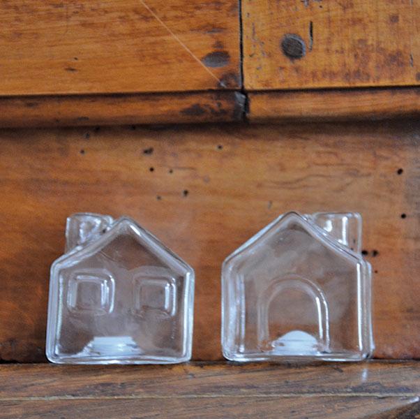 salières en forme de maisons, en verre , on peut y mettre du sel, du poivre moulu et même du piment d'espelette