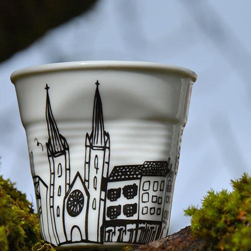 coffret 4 tasses cote basque avec les tasses bayonne, biarritz, saint jean de luz et anglet, tasses en porcelaine éditées par la maison Revol pour Assiettes et compagnie - design par Béatrice Pene