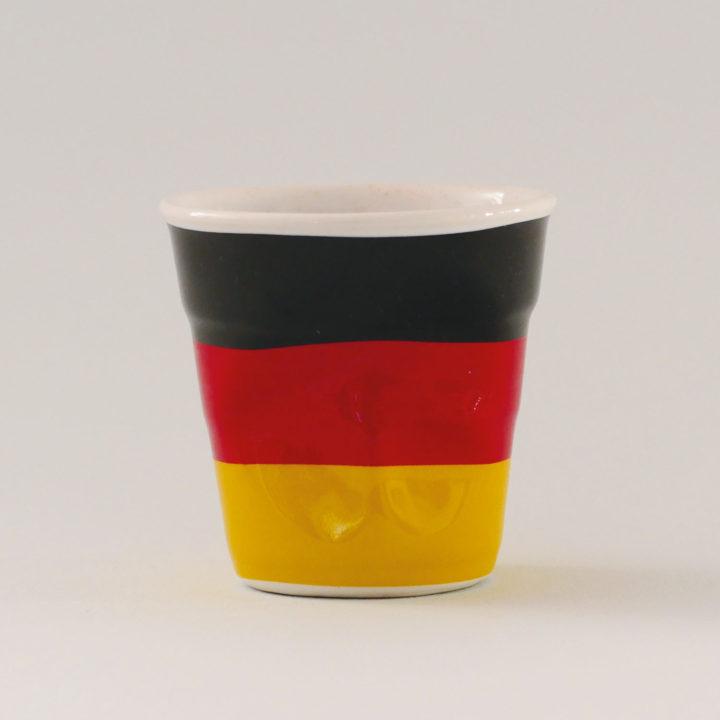 la tasse Allemagne fait partie de la collection flag par revol, une série de tasses froissées en porcelaine éditée pas revol à partir d'une idée originale de béatrice pene créatrice d'assiettes et compagnie