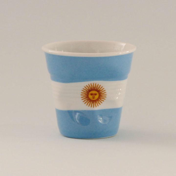 la tasse Argentine fait partie de la collection flag par revol, une série de tasses froissées en porcelaine éditée pas revol à partir d'une idée originale de béatrice pene créatrice d'assiettes et compagnie