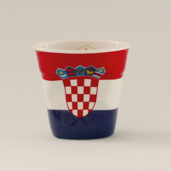 la tasse Croatie fait partie de la collection flag par revol, une série de tasses froissées en porcelaine éditée pas revol à partir d'une idée originale de béatrice pene créatrice d'assiettes et compagnie